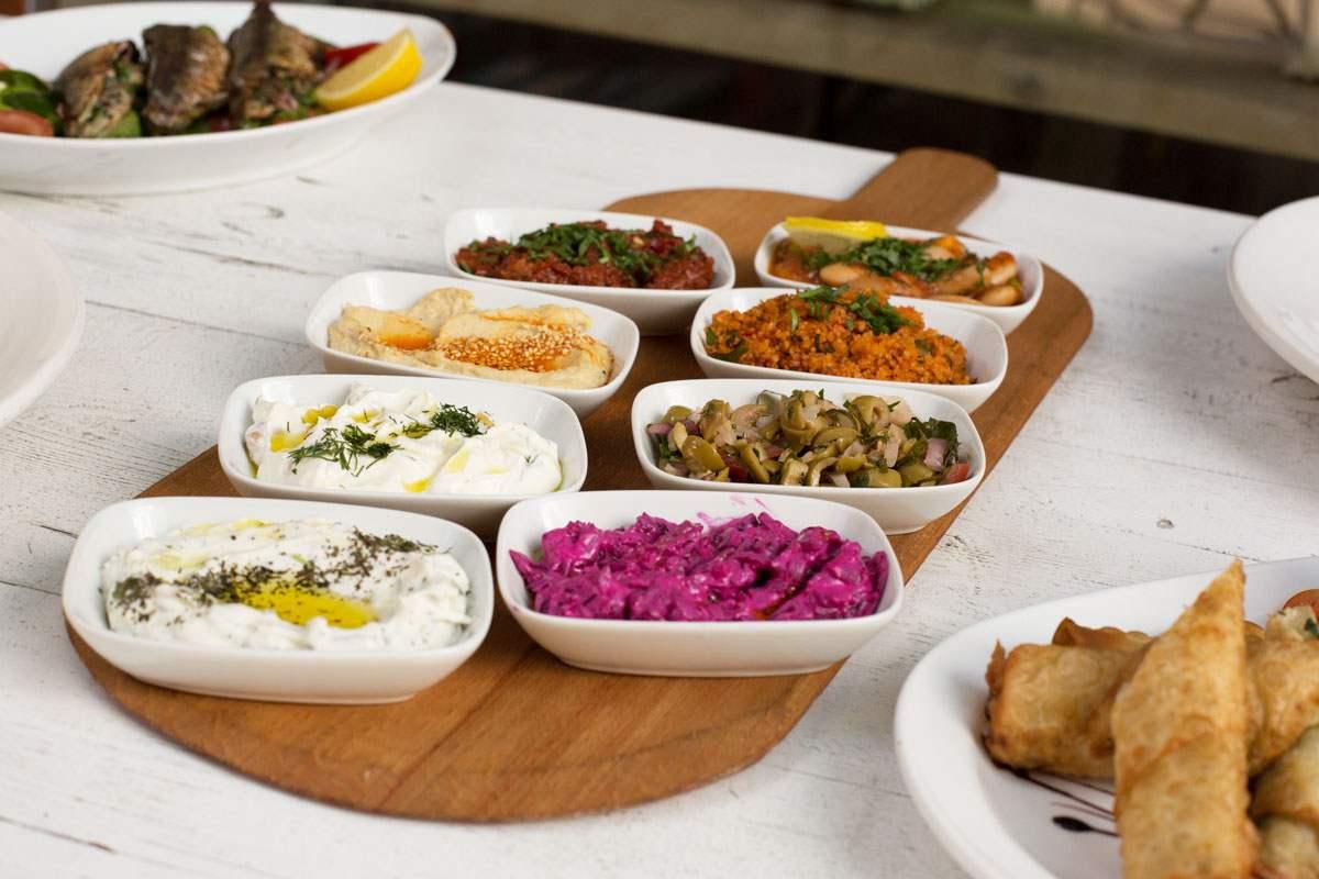 Mezze: Cacık, Humus, Acılı Ezmesi, Kısır, Bohnen, Olivensalat, Rote Beete