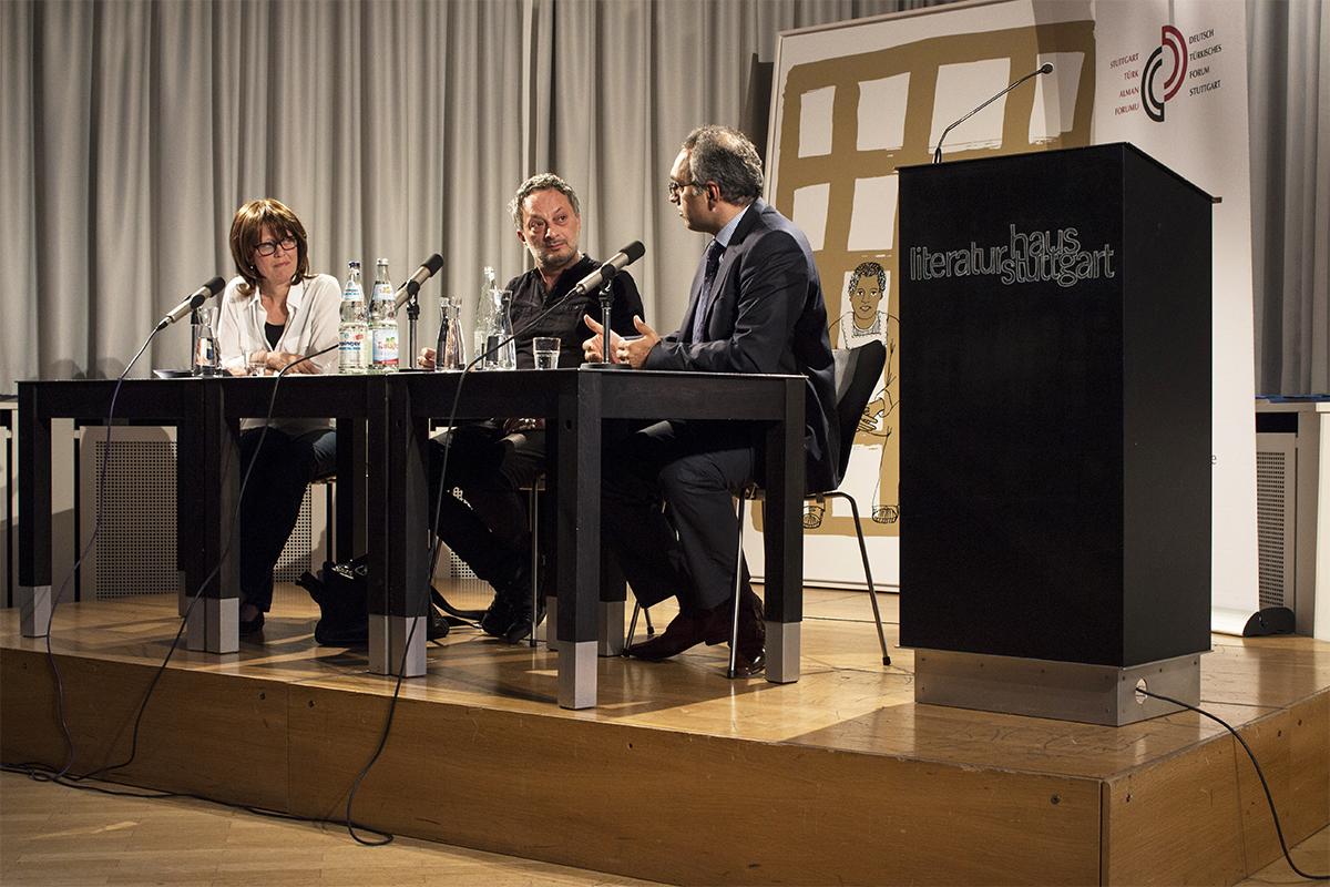 Auf dem Podium: Moderatorin Sibylle Thelen, Feridun Zaimoğlu und Dr. Yaşar Aydın, von links
