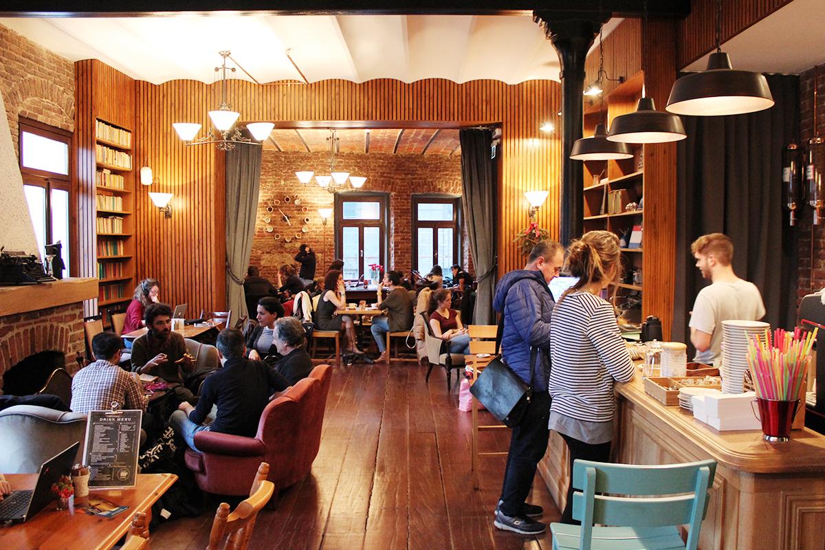 Die türkisch deutsche Buchhandlung in Istanbul   renk.