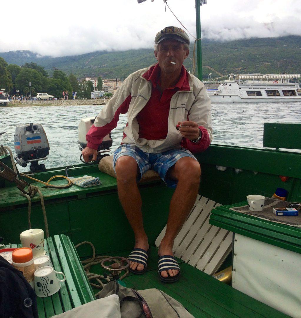 Ein Mazedonier, der uns über den See Ohrid spazieren fährt