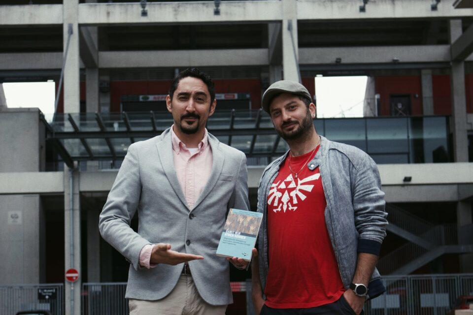 Zwei Männer präsentieren das Buch.